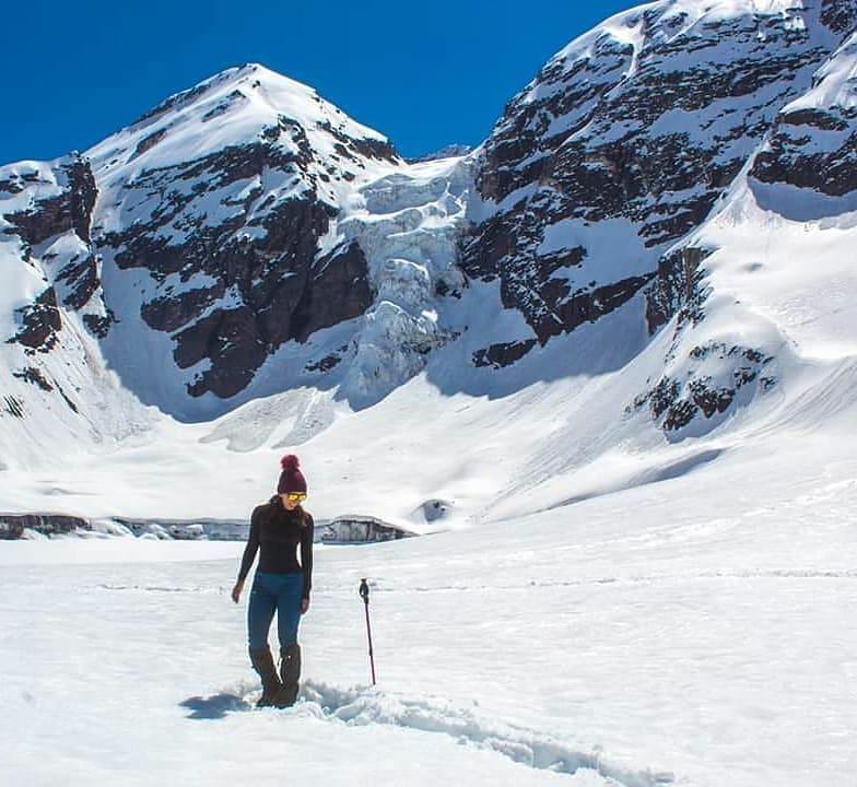 Mujer en la base del glaciar Colgante del Morado, Cajón del Maipo, Chile