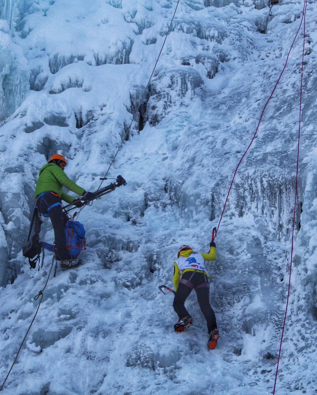 Dos deportistas escalando cascada en hielo, Portezuelo Ibañez, sur de Chile