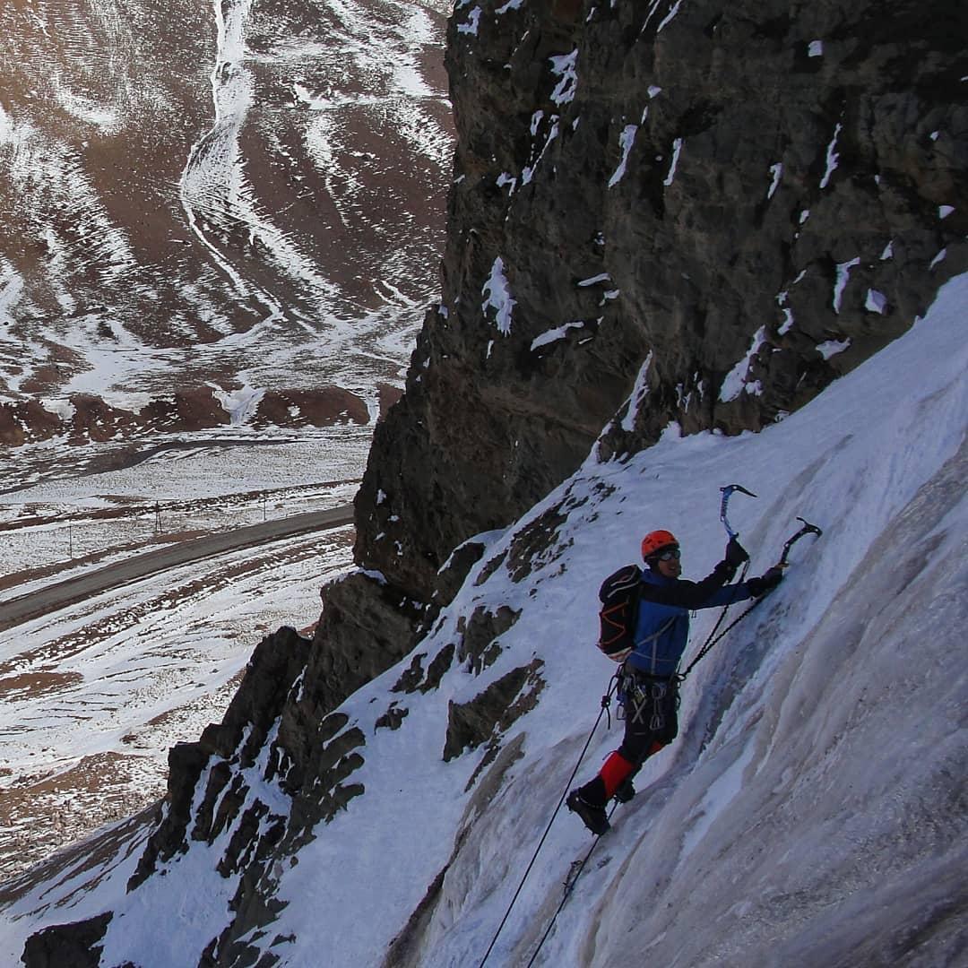 Hombre escalando muro de hielo