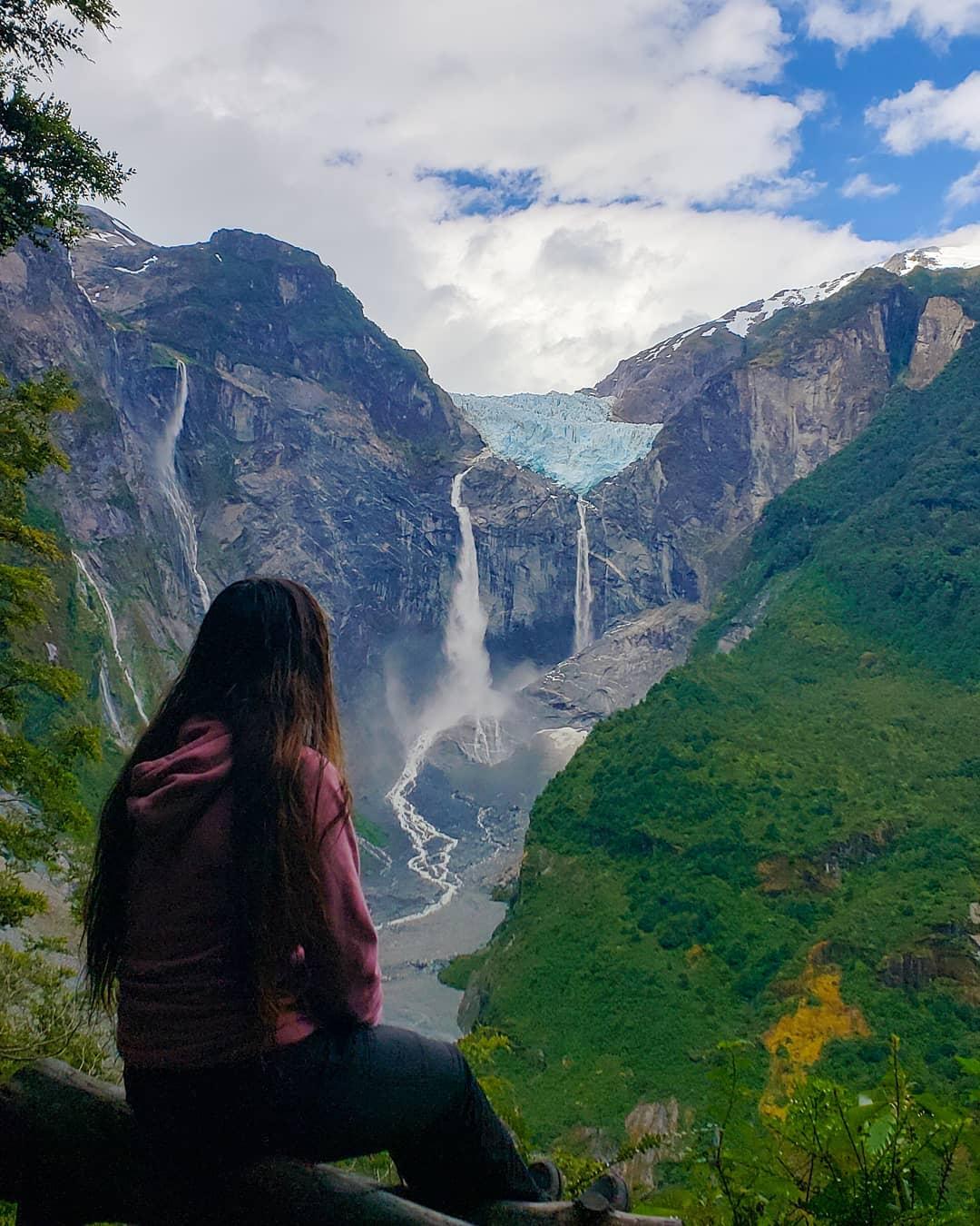 Mujer contemplando Ventisquero El Colgante, sur de Chile