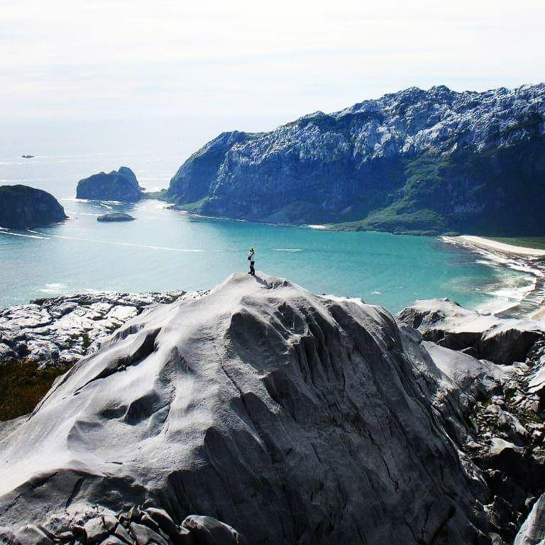 Persona en la cima de una montaña en la Isla Madre de Dios
