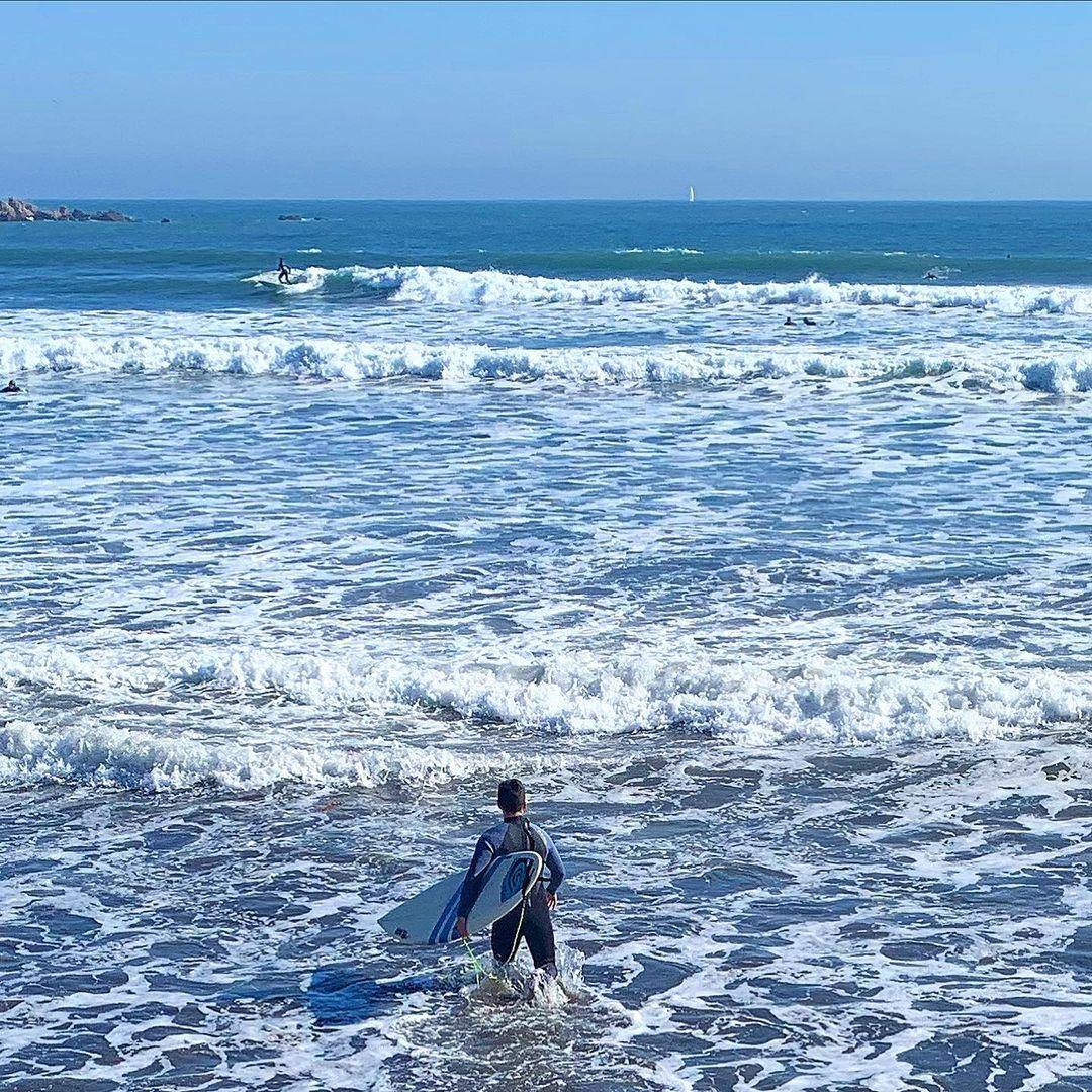 Surfista en playa La Boca, Concón, litoral central de Chile