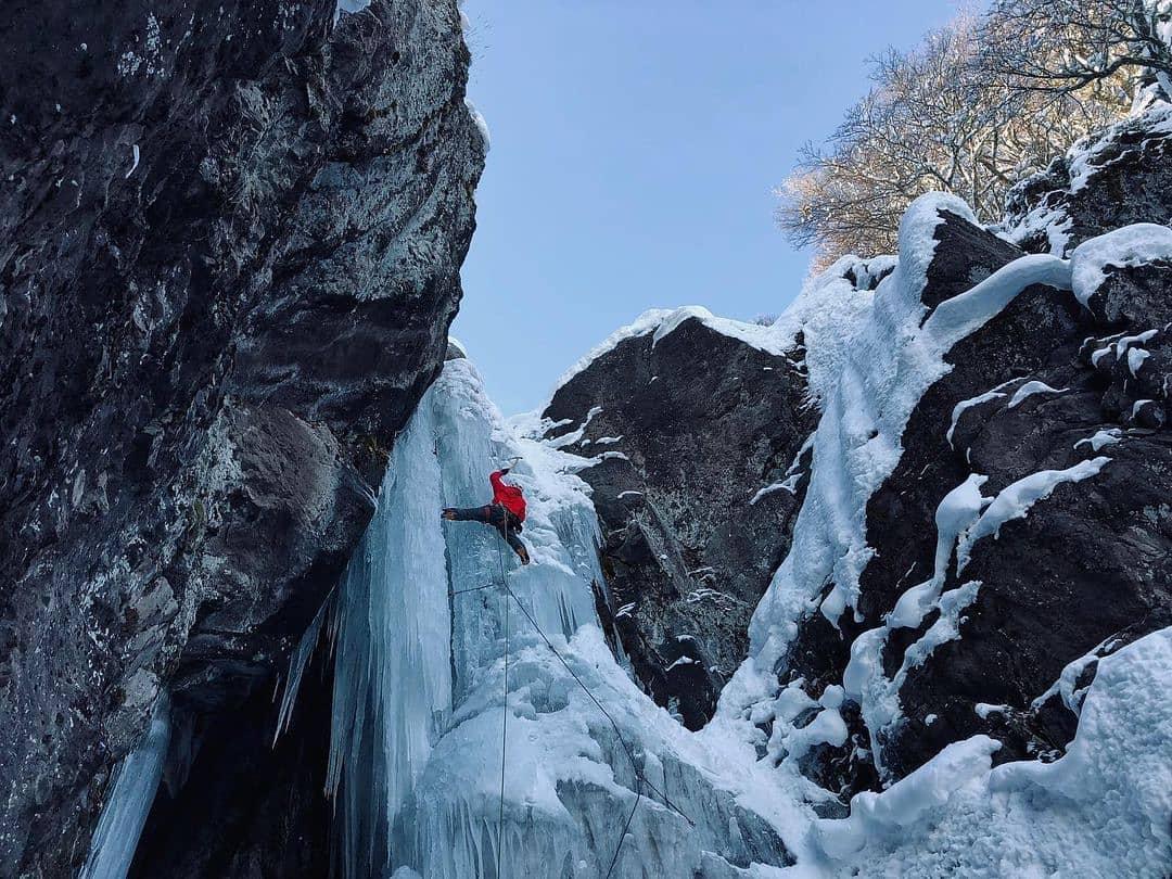 Hombre escalando cascada en hielo en Portezuelo Ibañez