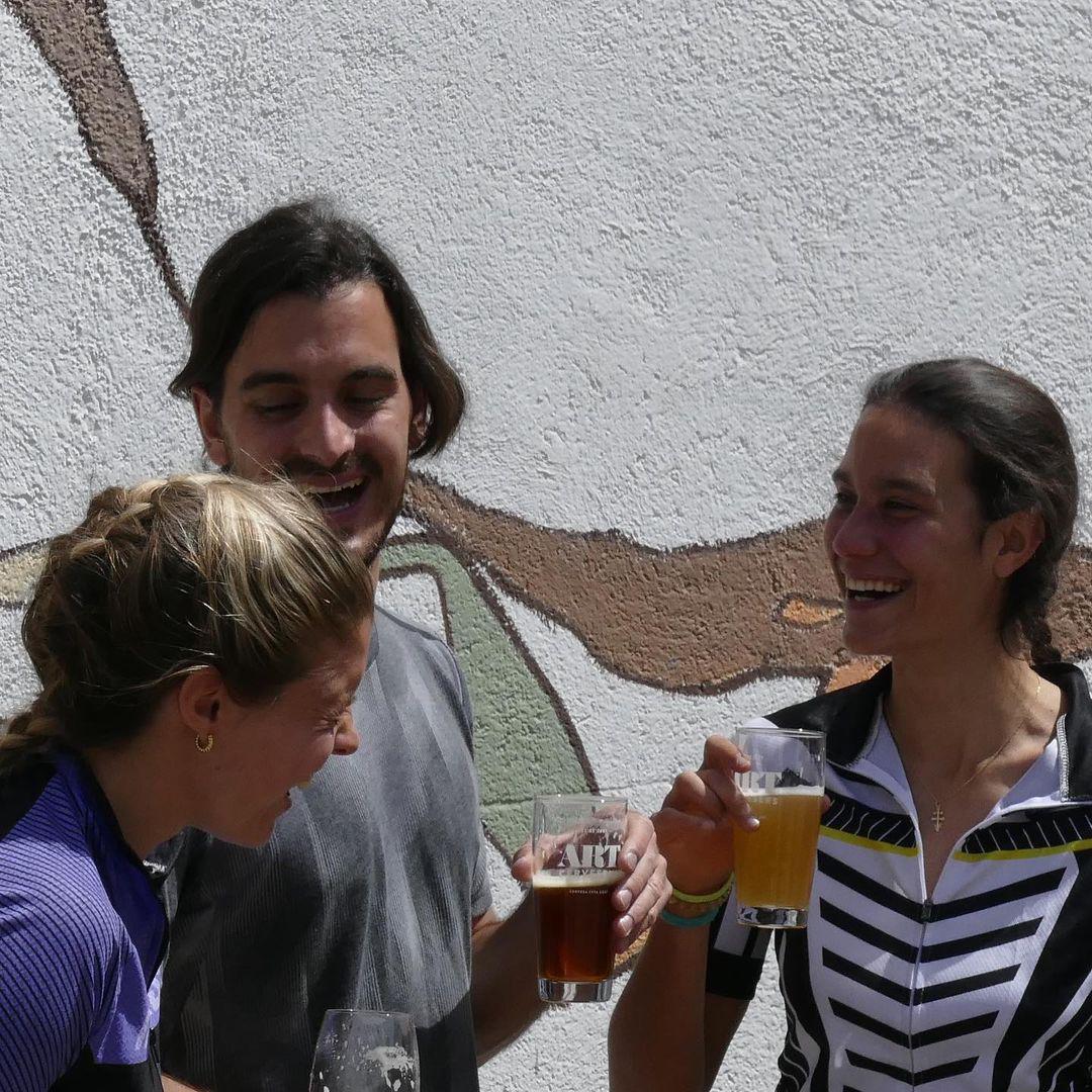 Tres amigos brindando con cerveza artesanal