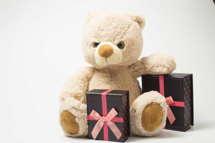 teddybear holding gifts