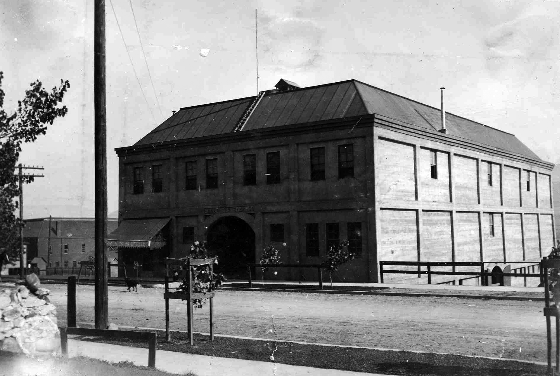 A 1910 photo showing the Eagle Transfer Building.  As of 2020, Eagle Transfer still operates in the Wenatchee Valley, however not from this address.