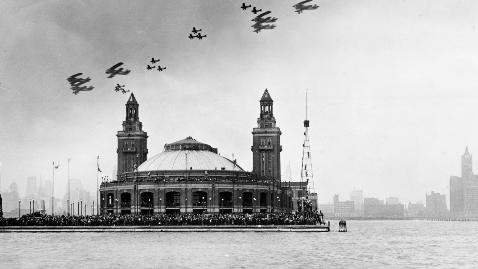 Army planes perform aerial acrobatics above Navy Pier in 1931. Chicago Tribune photo.