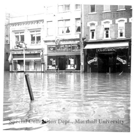 The Broh Building, at right, during the 1937 flood