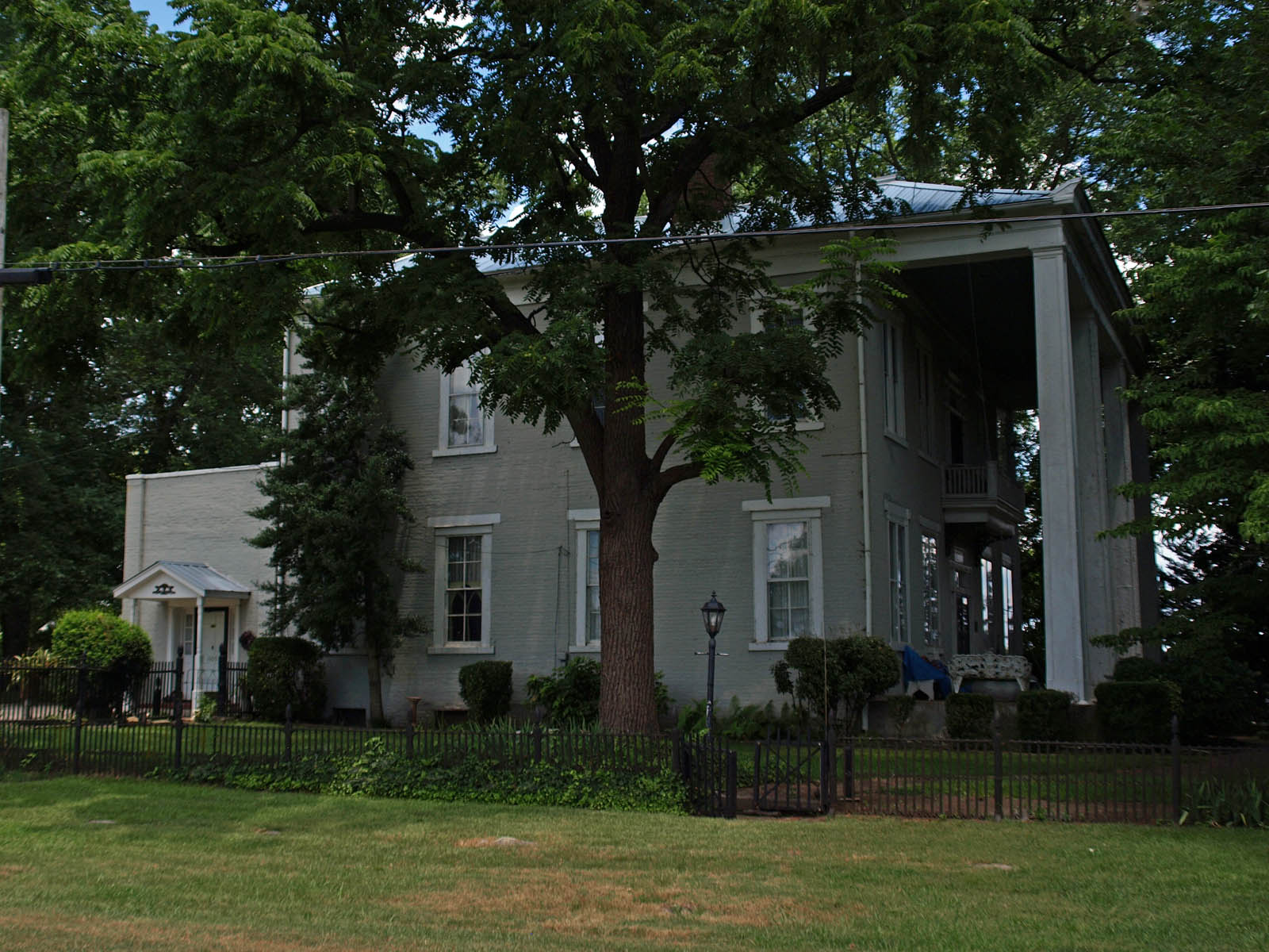A modern side view of the house.