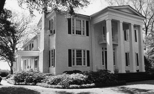 A black and white picture of the Cherrydale House taken sometime around the 1950s or 60s.