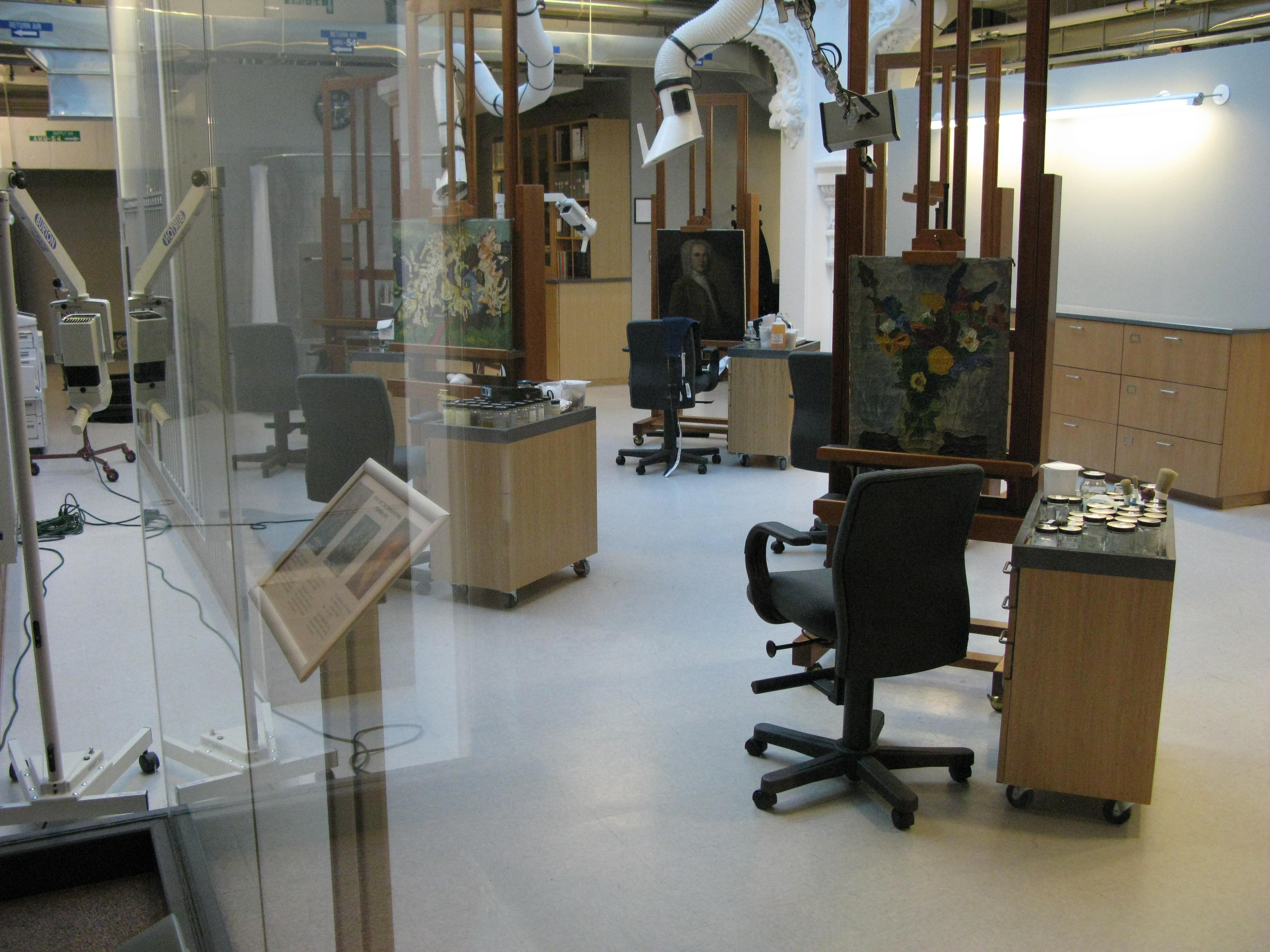Lunder Conservation Center Laboratory where the public is shown behind-the-scenes views of essential art preservation work. Image by davidgalestudiosCamera. Licensed under CC BY-SA 2.0 via Wikimedia Commons.