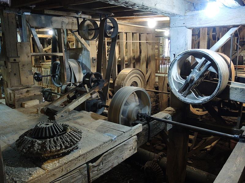 Running water-powered en:Line shaft at Hanford Mills Museum.