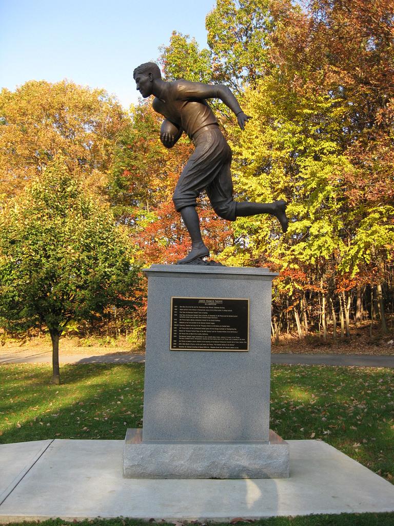 Memorial Statue (Football)