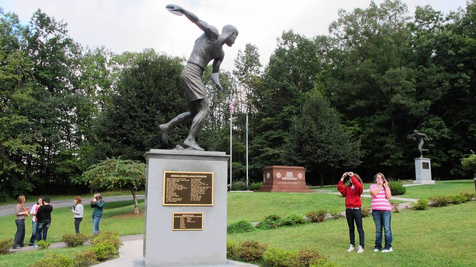 Memorial Statue (Track and Field)