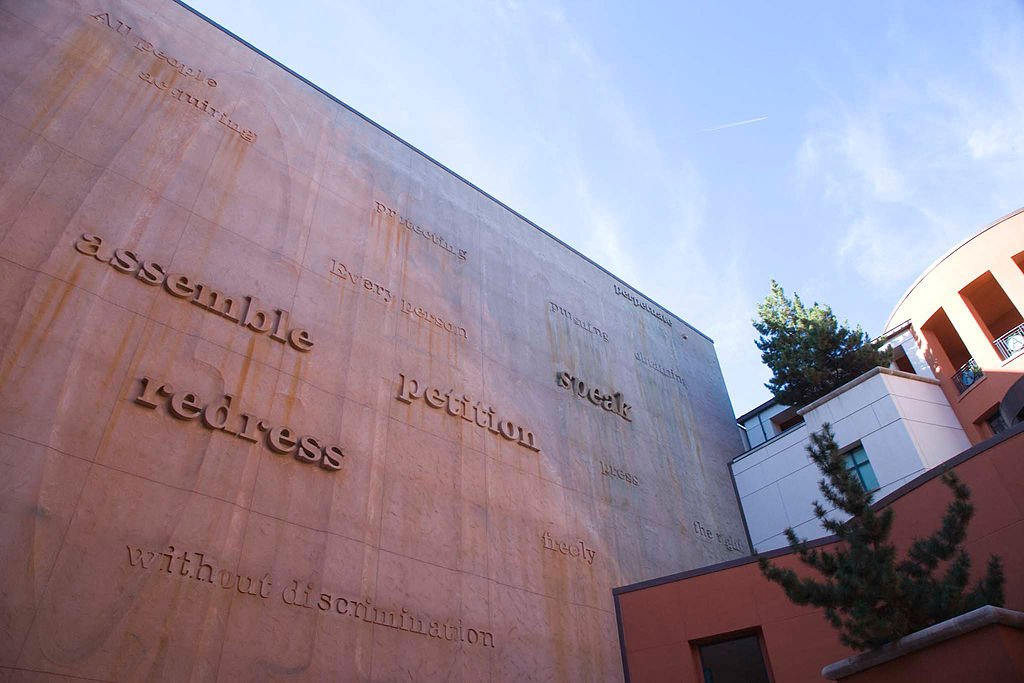 Words drawn from the state constitution are incorporated into the museum's courtyard wall. The wall and its words change with the elements and sunlight to reflect the living nature of the constitution.