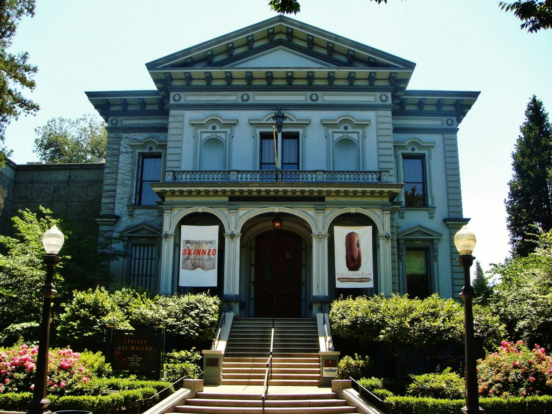 This Italianate mansion was purchased by the Crockers in 1868 and renovated to be their home and art gallery. It still serves as an art gallery today. Wikimedia Commons.
