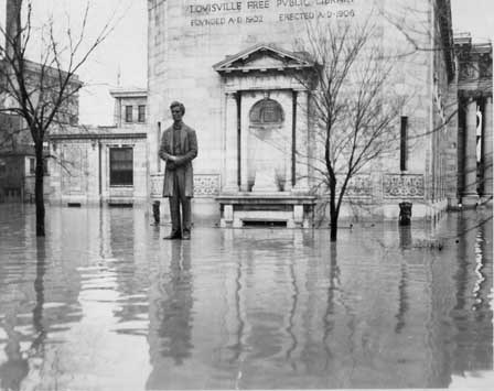 The Lincoln Statue, appearing to float on the 1937 floodwater (pedestal is three feet high) (image from Insider Louisville)