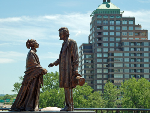 Statue depicting the meeting of Harriet Beecher Stowe and Abraham Lincoln in the downtown Hartford Riverwalk Statue Park.