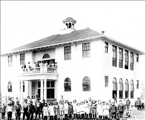 School house with students that Otto Lewis donated land to build, ca. 1911