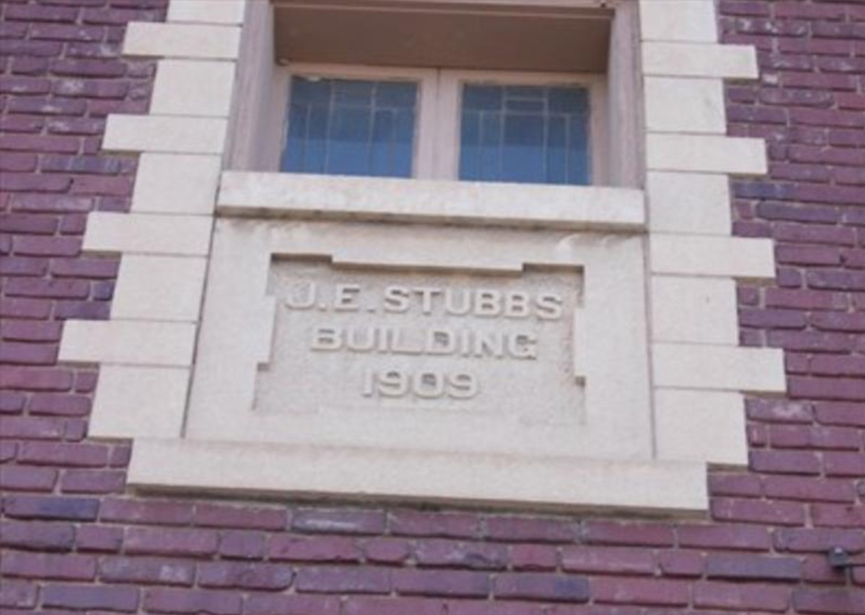 2017 photograph of J.E. Stubbs Building 1909 stone nameplate, second floor exterior (KSHS, KS Historic Resources Inventory)