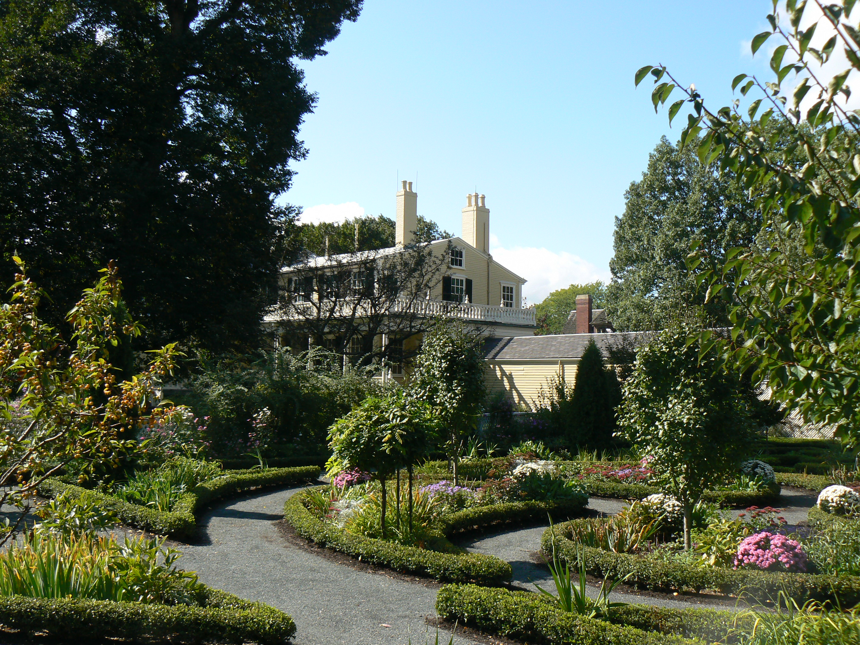 Longfellow house garden. Image by Midnightdreary. Licensed under CC BY-SA 3.0 via Wikimedia Commons.
