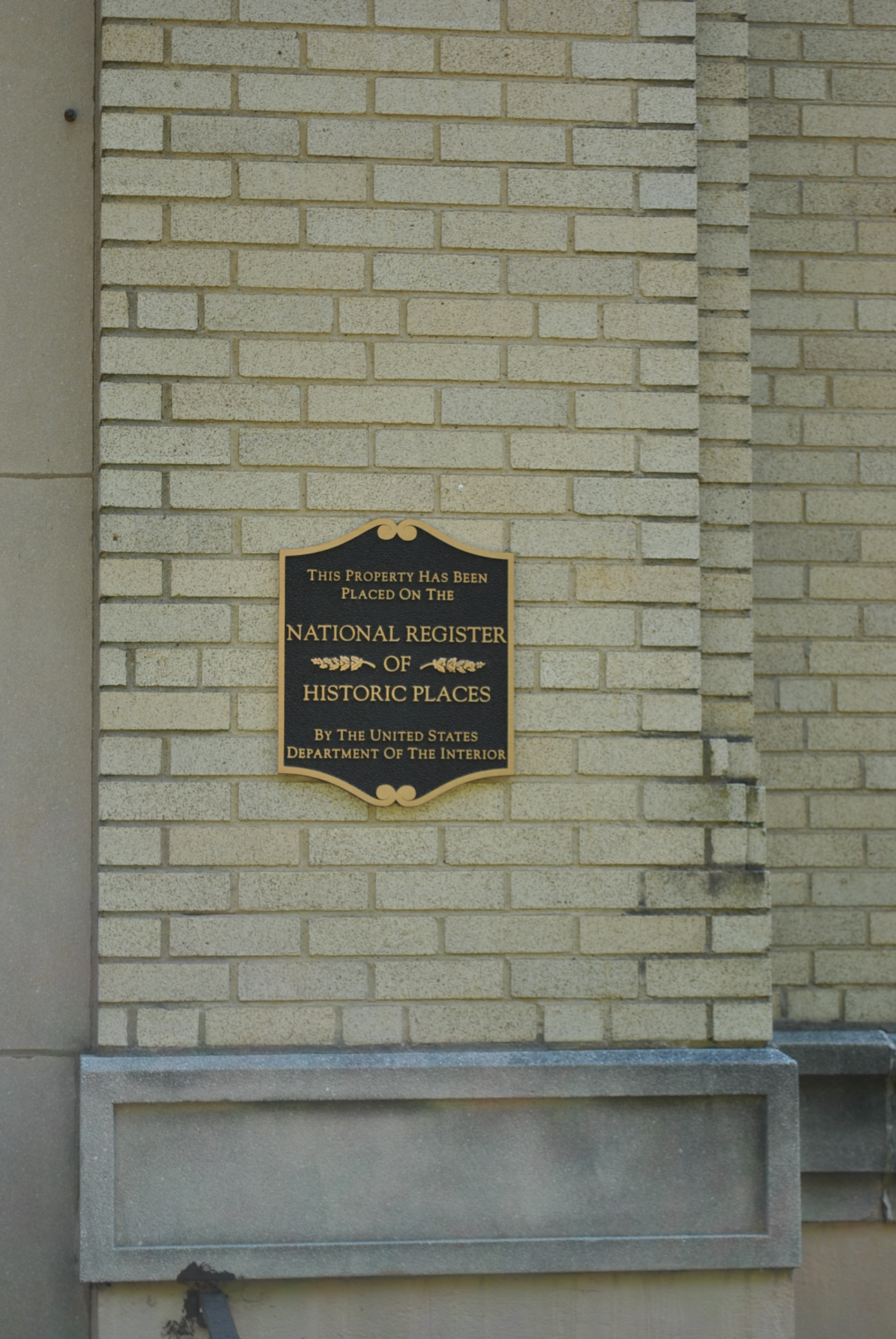 NRHP plaque on the school.