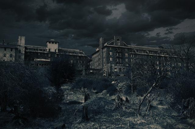 Creepy night time photo of the abandoned Inn.