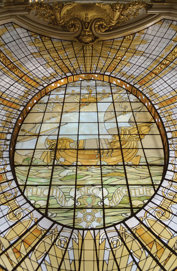 This stained glass dome featuring the arrival of the Ville de Paris was added to the store in 1909. It remains the central feature of the current Neiman Marcus department store.