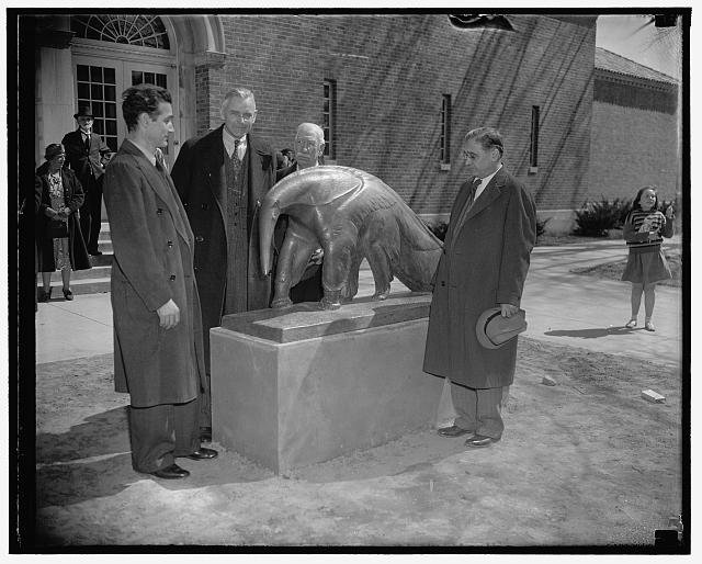 Artist Edwin Springweiler, Dr. Alexander Wetmore of the Smithsonian Institution, Head Keeper William Blackburn, and Dr. William M. Mann, Director of the National Zoological Park, unveil the anteater statue in 1938. Library of Congress.