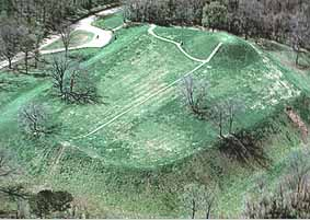 """Emerald Mound"". Licensed under Public Domain via Wikimedia Commons - https://commons.wikimedia.org/wiki/File:Emerald_Mound.jpg#/media/File:Emerald_Mound.jpg"