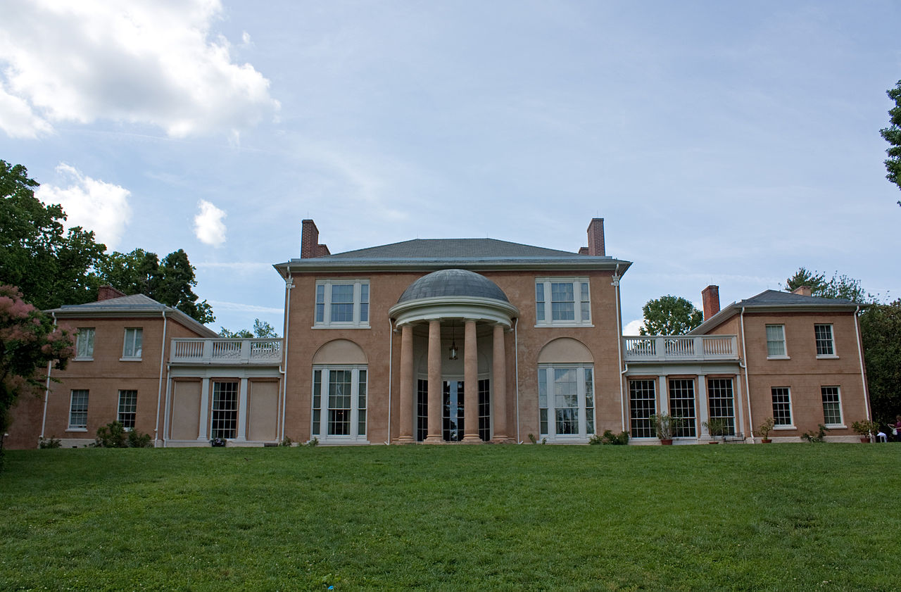 Tudor Place is built in the Federal style, incorporating neoclassical elements like the tall columns. Wikimedia Commons.