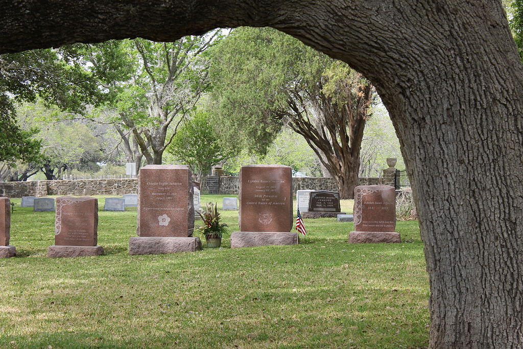 """Johnson graves at LBJ Historical Park IMG 1503"" by Billy Hathorn - Own work. Licensed under CC BY-SA 3.0 via Wikimedia Commons - https://commons.wikimedia.org/wiki/File:Johnson_graves_at_LBJ_Historical_Park_IMG_1503.JPG#/media/File:Johnson_graves_at"
