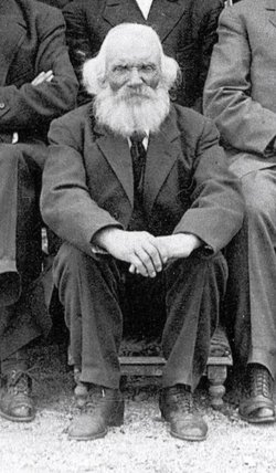 Lauritz Smith before his death in 1924. This is a cropped photo of a larger family gathering.