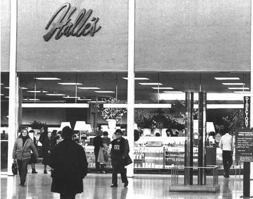 Front Entrance of the store on its final day of operation in 1982. Cleveland State University. Michael Schwartz Library. Special Collections. Cleveland Press Collection, Halle's Brothers Co.