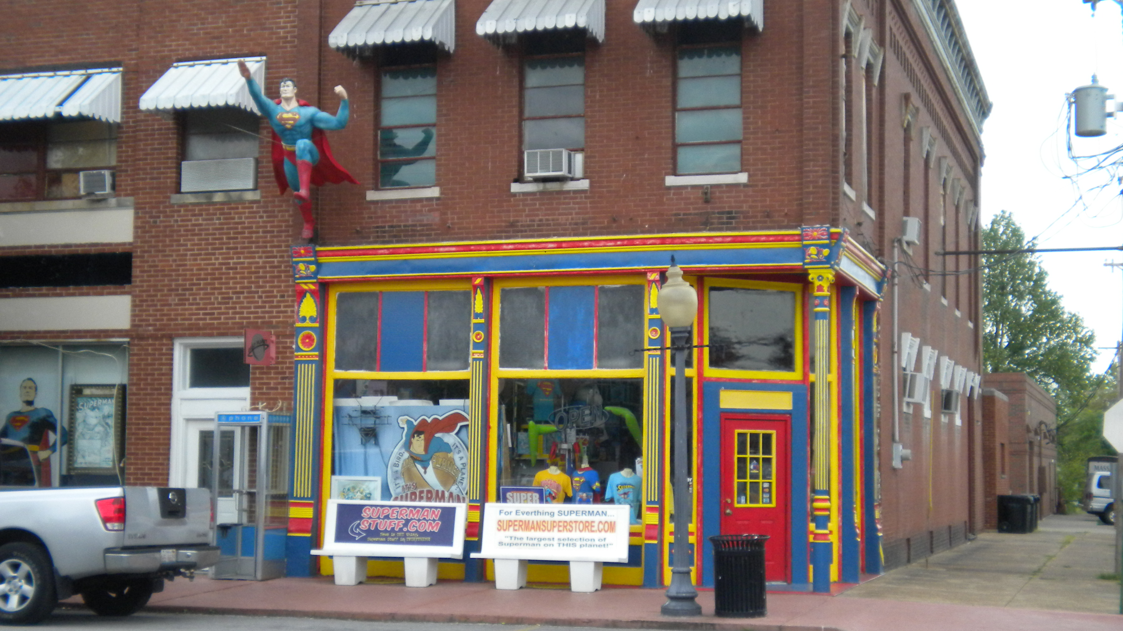 Storefront of the Super Museum and gift shop.