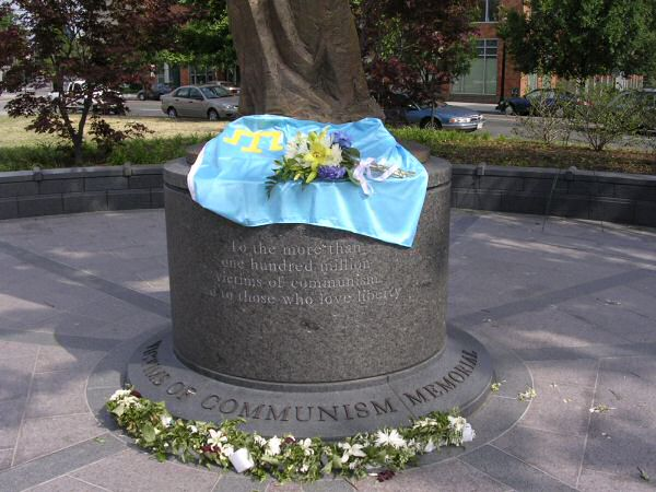 "The plating on the statue reads ""To the more than one hundred million victims of communism and to those who love liberty"" and ""To the freedom and independence of all captive nations and peoples."""