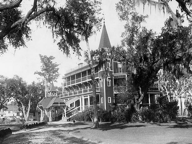 Old photo of the Wormsloe mansion