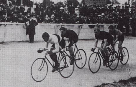 Taylor, in the lead, racing in Paris in 1908.