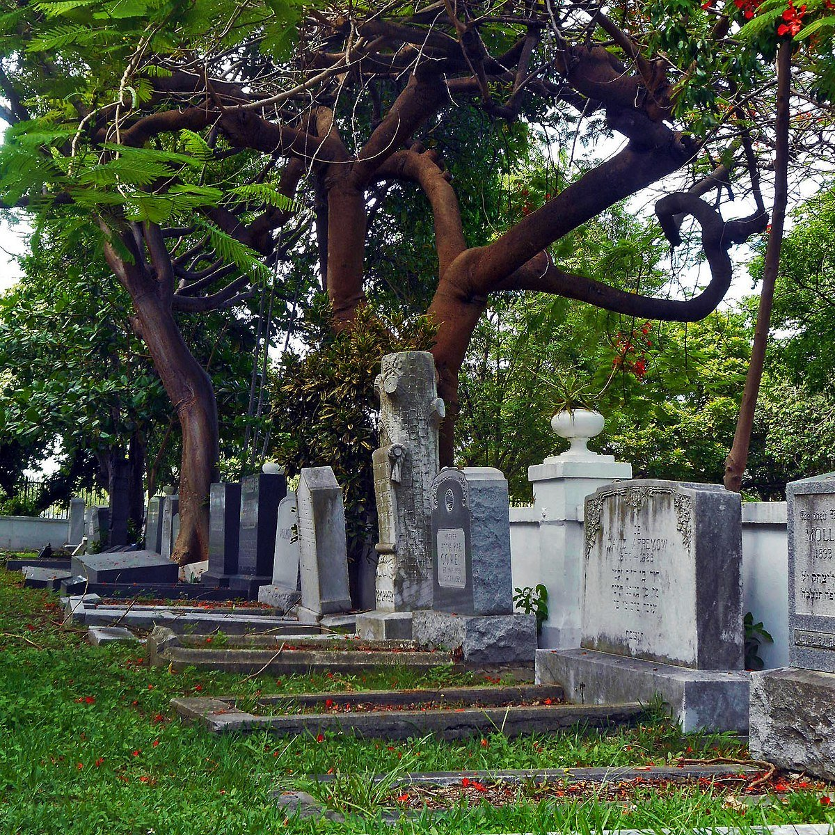 Graves dating back to the 1890s depict a wide variety of headstone styles, indicating the diversity of people and customs in Miami. This image shows the Jewish section  established in 1915. Wikimedia Commons.