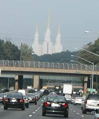 The temple as seen on the Beltway by IFCAR, Wikimedia Commons (CC0)