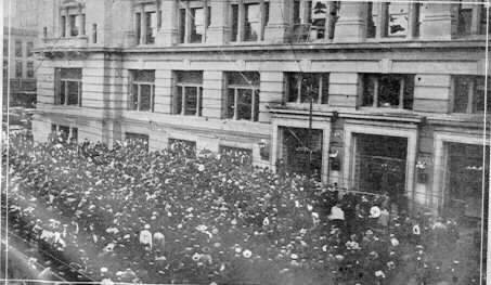 A mob of several thousand surrounded the courthouse