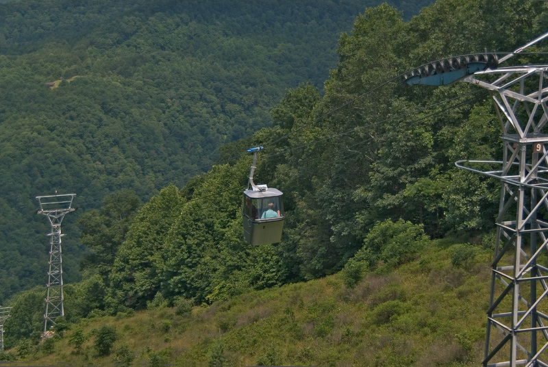 The aerial tram was installed in 1972 and transports guests from the edge of the gorge to the base of the gorge.