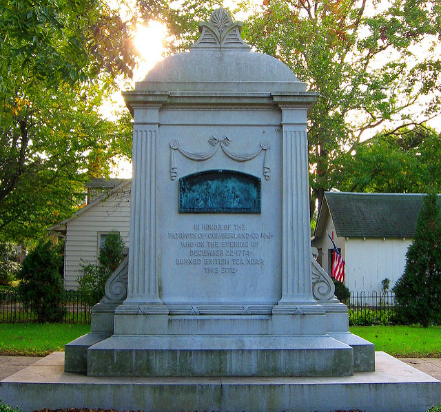 This monument honors the colonists who destroyed British tea by setting it on fire as a protest against taxation.