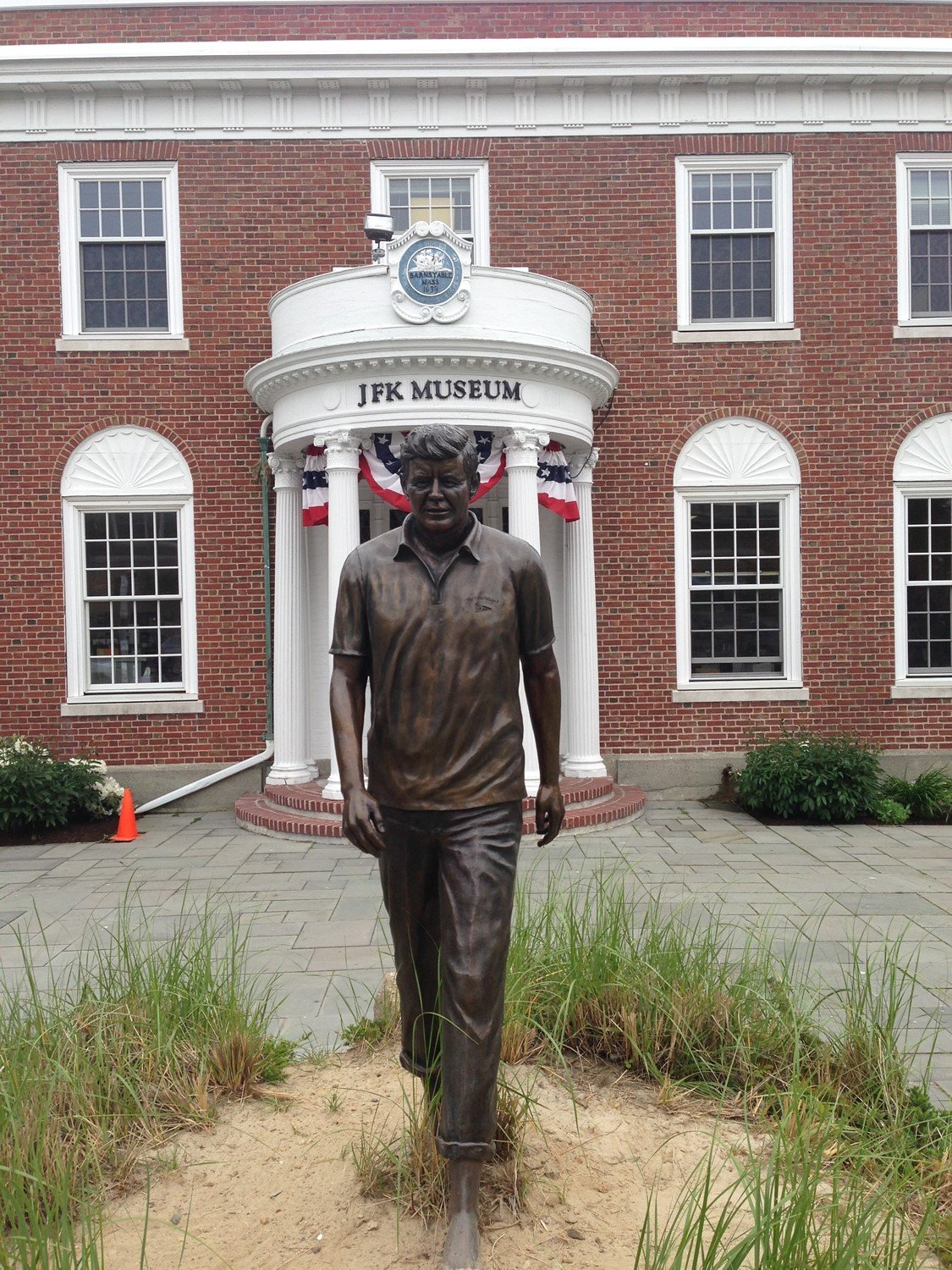 Closer image of statue of John F. Kennedy outside of the museum.