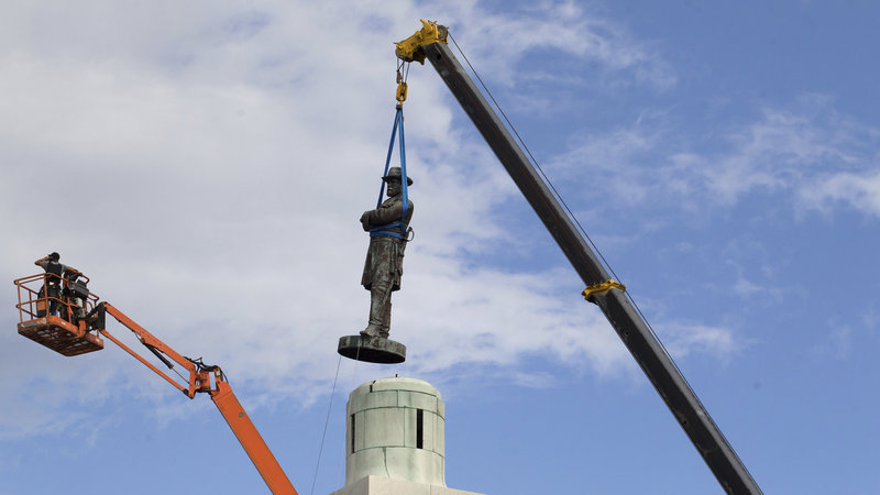 Removal of the Robert E. Lee statue in May 2017 (Scott Threlkeld/AP)