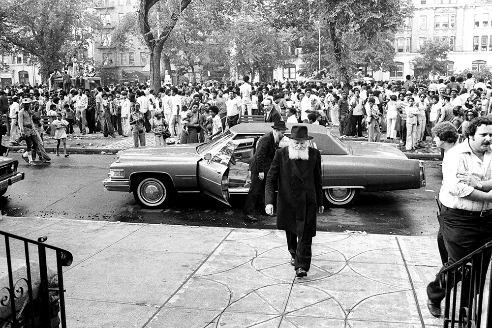 The Rebbe arrives at 770 Eastern Parkway in 1977 (www.chabad.org)