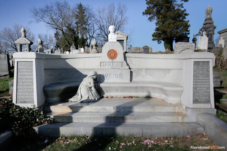 Houdini's grave with the restored bust (http://abandonednyc.com/)