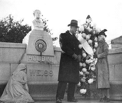 Image showing the original bust (http://www.findagrave.com/)