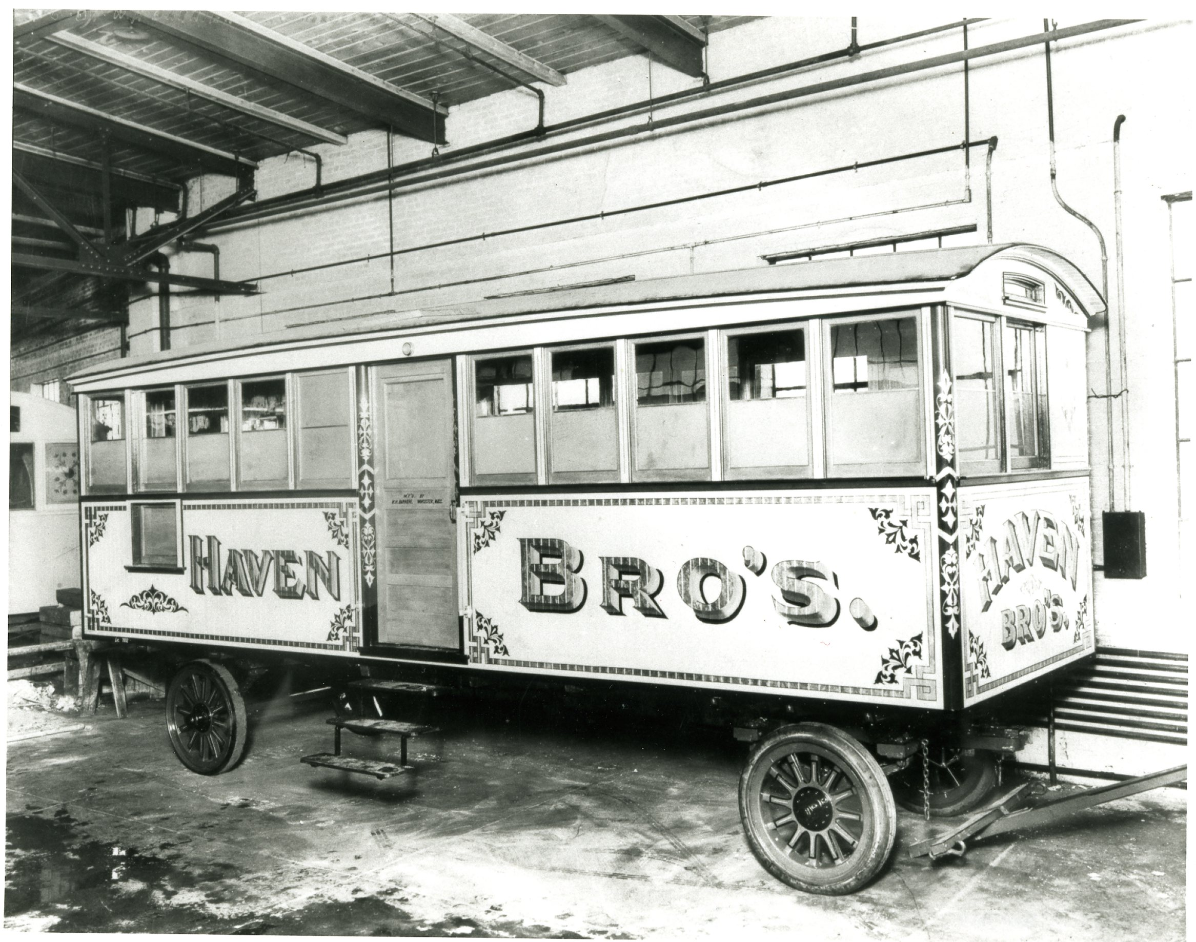 The diner began as a horse-drawn cart. Today, patrons order and eat (if they can find a seat) in a silver Morse dining car pulled by a Ford commercial truck.