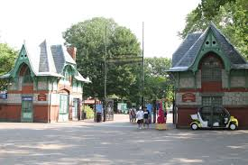 Zoo gatehouse (image from Wikimedia Commons)
